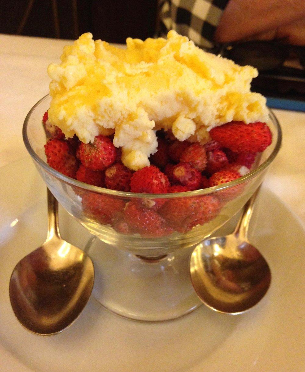 Vanilla ice cream over  fragola.