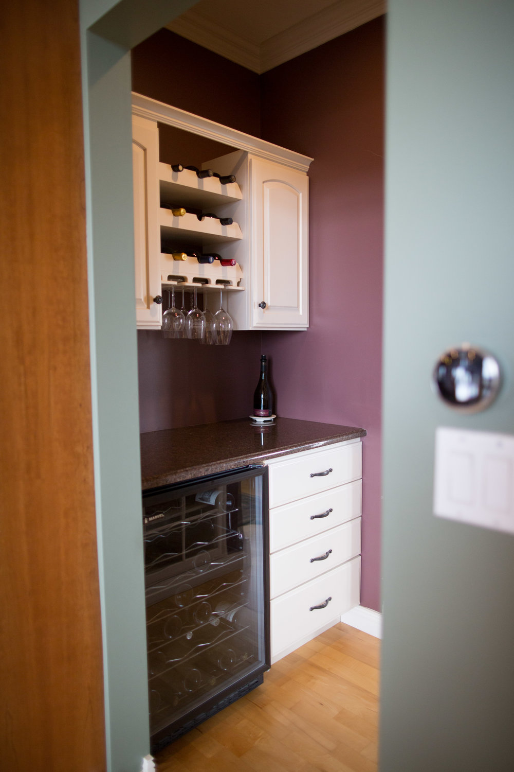 BUTLER PANTRY WITH WINE REFIGERATOR