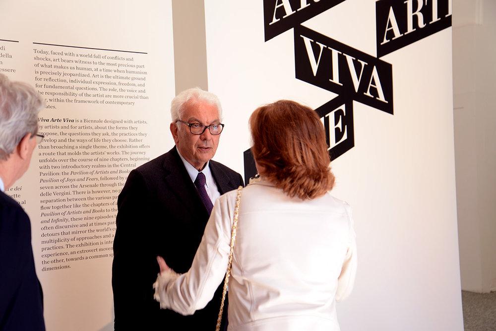 威尼斯双年展主席Paolo Baratta参观绿原城堡的主展览
