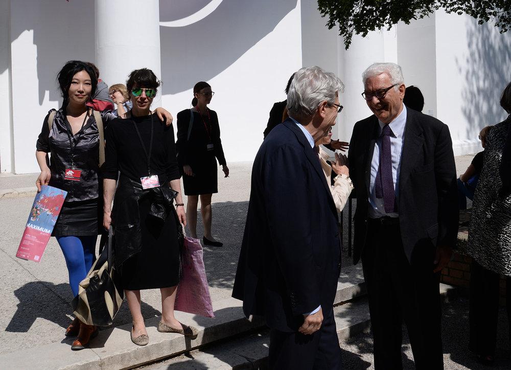 炭叹、Sophie Saporosi与主席一行一起参观展览