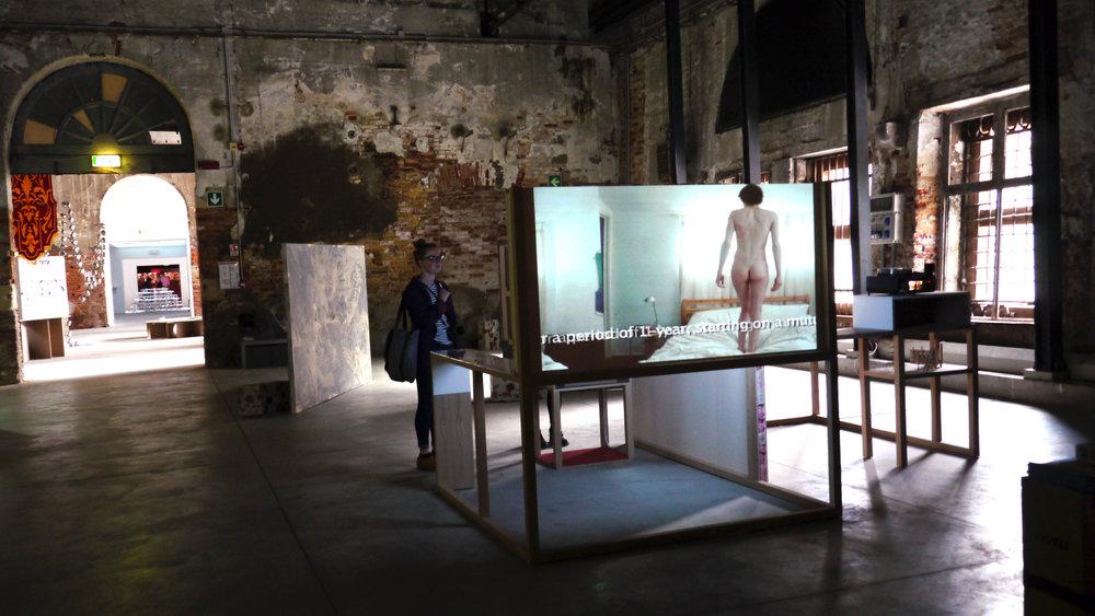 """特别项目展览美国艺术家Johnny Naked 的影像""""The Naked Slave 4 Art"""",军械库"""