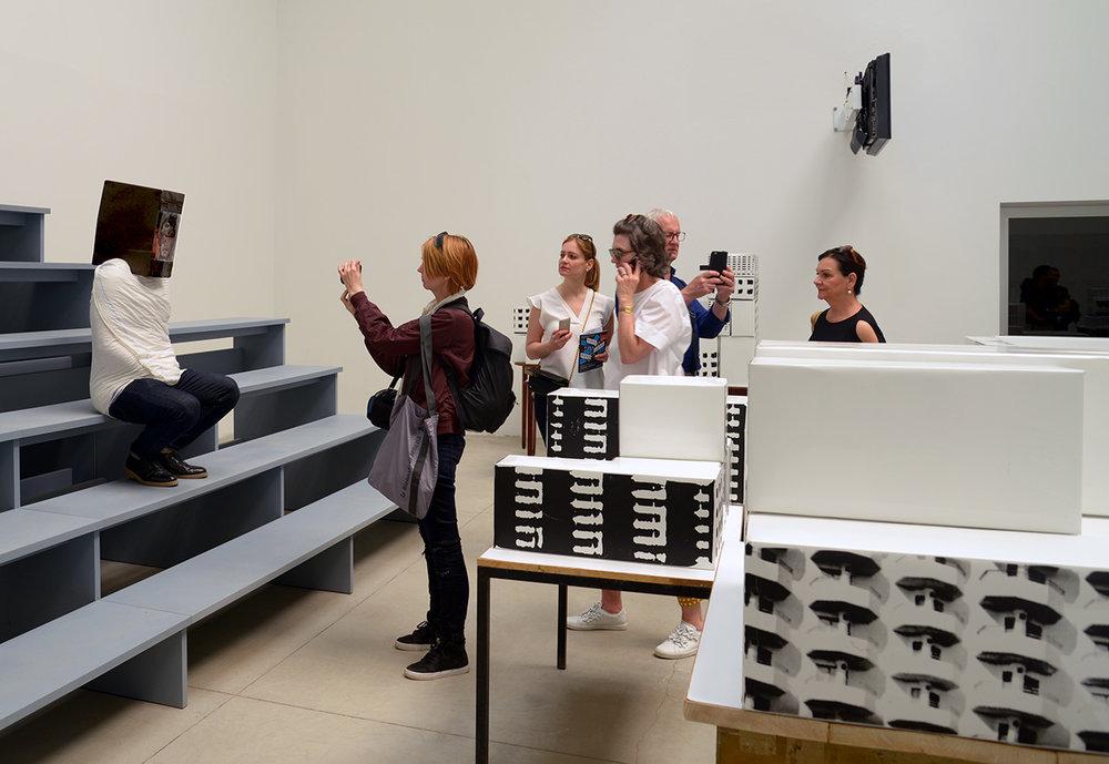 特别项目在西班牙国家馆表演刘琦麟的行为方案《扫我》