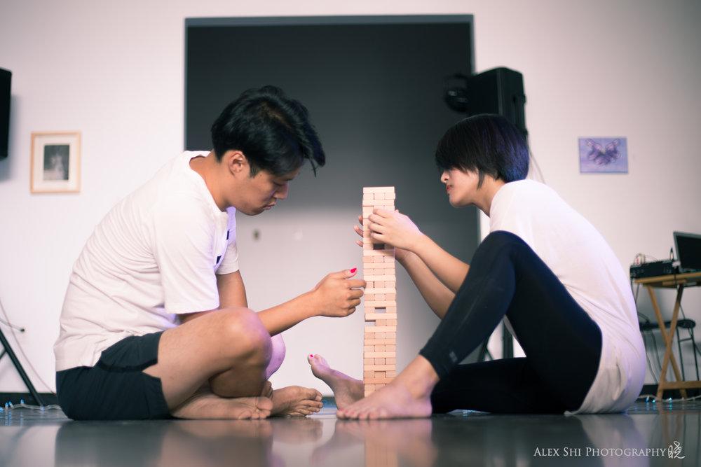 作品的一开始:就是两位好友边玩层层叠,边聊天。