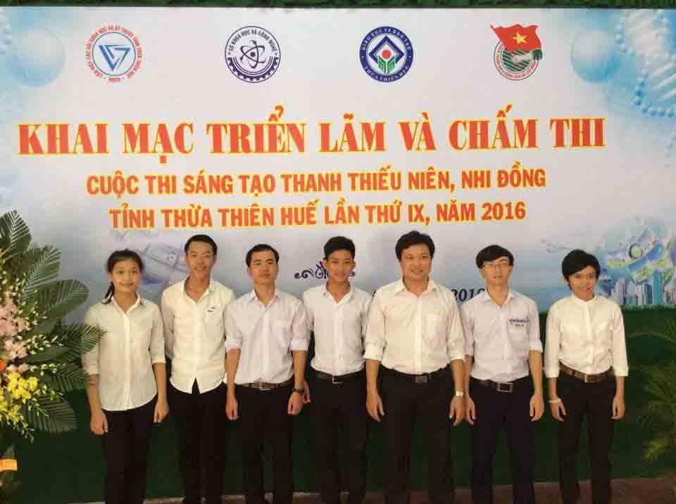 Em Tiến (thứ 2 từ phải sang) tại cuộc thi Sáng tạo Thanh thiếu niên, nhi đồng tỉnh Thừa Thiên – Huế lần thứ 9 năm 2016. Ảnh: NVCC.