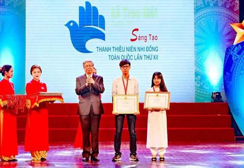 Nhân và Ly nhận giải nhất Cuộc thi sáng tạo thanh thiếu niên nhi đồng toàn quốc lần thứ 12 - Ảnh: NVCC