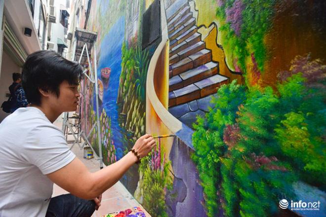 Anh Vũ Thanh Tịnh cho biết, vẽ tranh 3D đòi hỏi sự cầu kỳ cao, vẽ ngoài trời lại càng khó hơn do ảnh hưởng của thớt tiết.