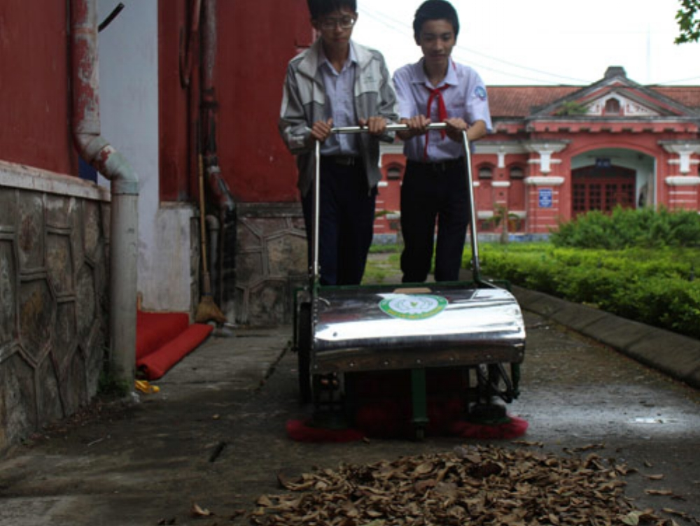 Nhật Long (bìa trái) và Đăng Khoa đang thử nghiệm thùng rác thông minh. Ảnh: Nhật Tuấn.