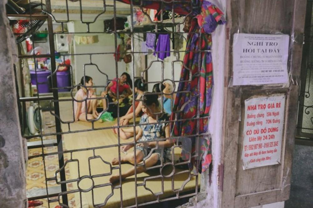 Khu vực xung quanh Bệnh viện Nhi Trung ương (Hà Nội) hầu như không ai không biết đến ông Nguyễn Thế Hiệp hay còn gọi là Hiệp 'khùng' cho thuê nhà trọ với giá 15.000 đồng/người/đêm với đầy đủ các tiện ích như điều hòa, wifi, tivi.... (Ảnh: Minh Sơn/Vietnam+)