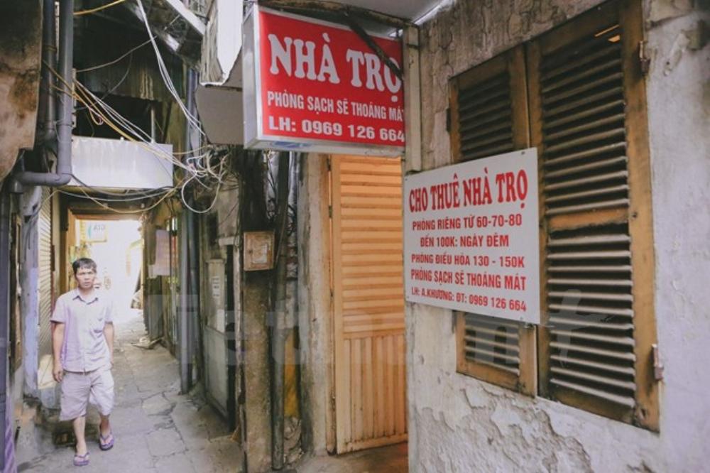 Xung quanh xóm trọ của ông không thiếu những phòng nghỉ có giá từ 60 - 100 ngàn đồng/đêm. Mức giá này sẽ là gánh nặng cho những người dân nghèo từ các tỉnh đổ về khám chữa bệnh. (Ảnh: Minh Sơn/Vietnam+)
