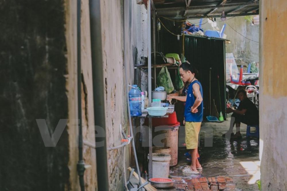 Các khách trọ ở đây còn được nấu nướng thoải mái với bếp gas, rổ rá, bát đĩa cho mượn. (Ảnh: Minh Sơn/Vietnam+)