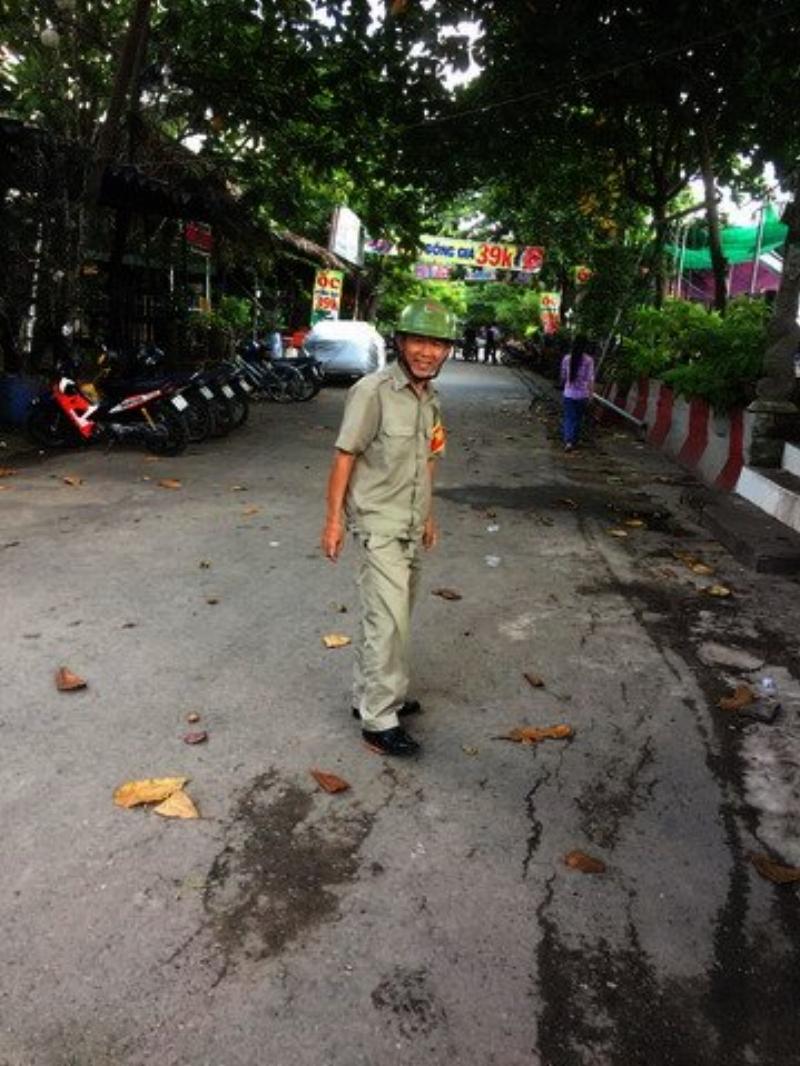 Con đường ông tập thể dục mỗi sáng. Nơi đây ông gặp những người bạn đồng hành. Họ thường trao cho ông những túi ve chai gom từ trong nhà.