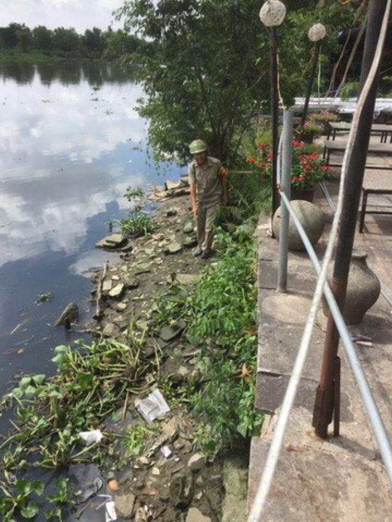 Nhà hàng nằm sát mép sông, sau một đên, sáng ra bờ sông đầy ve chai và phế liệu. Ông Vũ đi thu nhặt gom lại rồi bán lấy tiền giúp người nghèo.