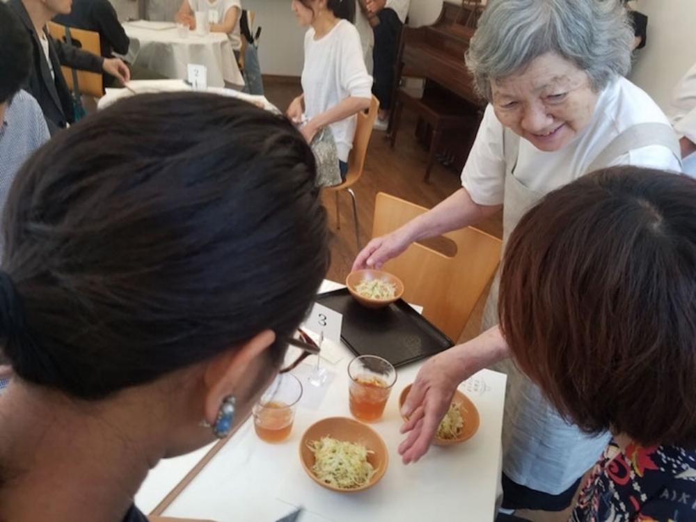 Nhà hàng thuê sáu cô hầu bàn mắc bệnh sa sút trí nhớ hoặc chứng mất trí Alzheimer để nhận đơn đặt hàng và phục vụ khách hàng.