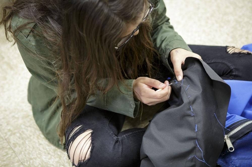 Paulina Martinez đang khâu những lớp vải của lều. Ảnh: Scott Witter/Mashable.