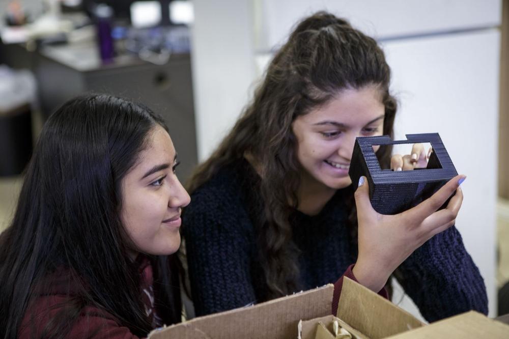 Từ trái qua: Patricia Cruz và Veronica Gonzalez đang kiểm tra một chi tiết được in 3D. Ảnh: Scott Witter/Mashable.