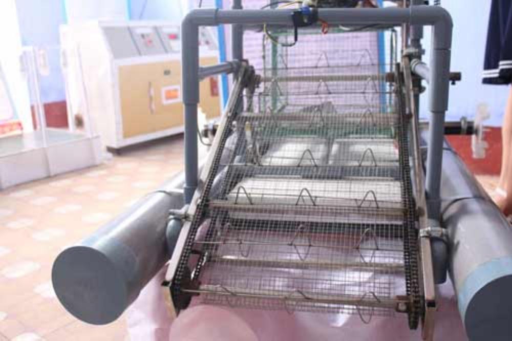 Robot có tận dụng một số vật liệu phế thải. Ảnh: Nhật Tuấn.