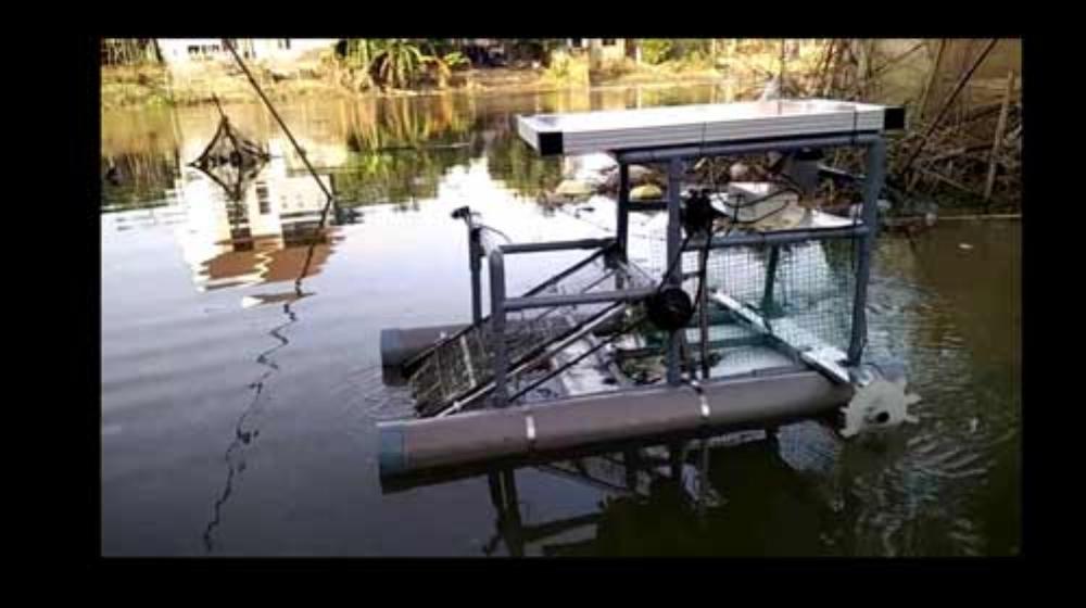 Robot đang vớt rác trên sông Phổ Lợi. Ảnh: Nhật Tuấn.