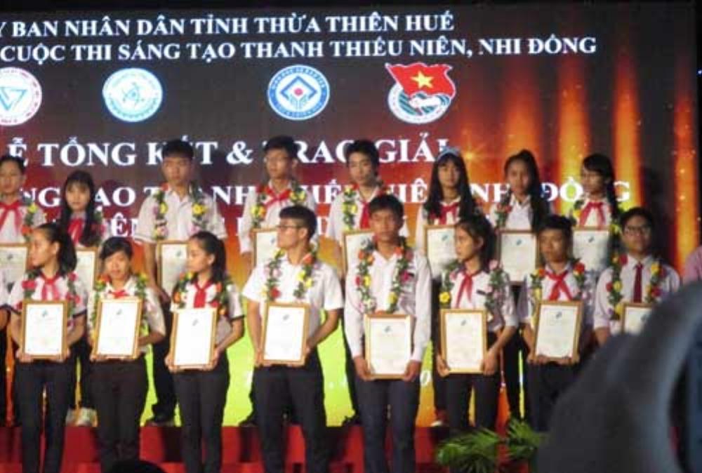 Anh Duy (ở hàng đầu, thứ hai từ phải sang) và Uyên Khanh (hàng hai, thứ nhất từ phải sang) tại cuộc thi Sáng tạo Thanh thiếu niên, nhi đồng tỉnh Thừa Thiên Huế năm 2017. Ảnh: Nhật Tuấn.
