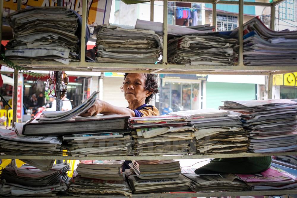 Bà Dung cho biết: 'Tôi được Đảng bộ Hà Nội tặng một tờ báo Hà Nội Mới mỗi ngày theo tiêu chuẩn 50 năm tuổi Đảng. Một mình tôi đọc rồi bỏ đi thì lãng phí quá nên tôi đặt báo ra đây để cho nhiều người cùng đọc để biết thêm tin tức về thế giới cũng như đất nước'. (Ảnh: Minh Sơn/Vietnam)
