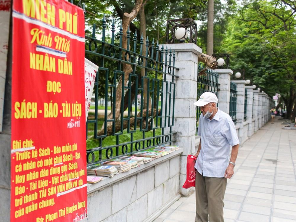 Đây là địa chỉ quen thuộc của nhiều ông bà trong khu phố và cả những người lao động nghèo từ khắp nơi lên Hà Nội lập nghiệp. Bà Dung luôn tâm niệm sống một cuộc đời trong sạch noi gương Bác Hồ. (Ảnh: Minh Sơn/Vietnam)