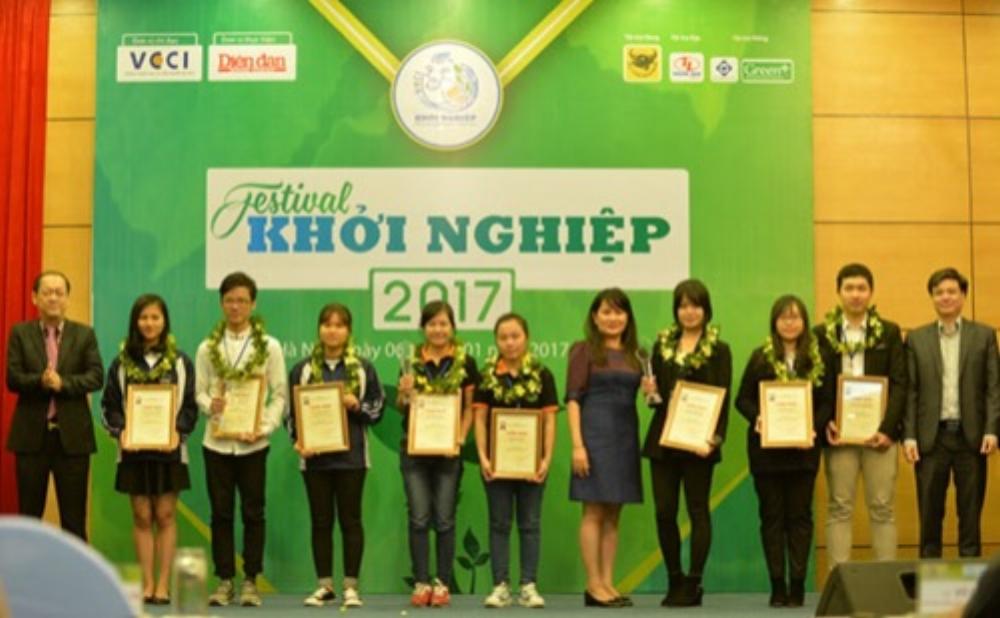Bạn Thảo (vị trí 4 từ trái sang), bạn Hằng (vị trí 5) nhận giải tại cuộc thi Khởi nghiệp Quốc gia 2016. Ảnh: NVCC.