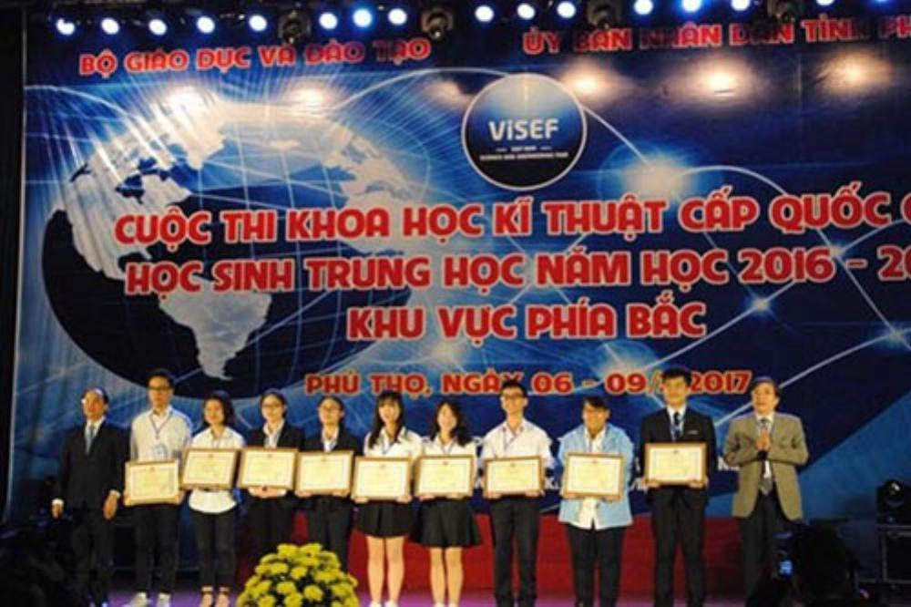 Ông Hà Kế San và TS Vũ Đình Chuẩn trao 5 giải nhất toàn cuộc cho các tác giả. Ảnh: Moet.