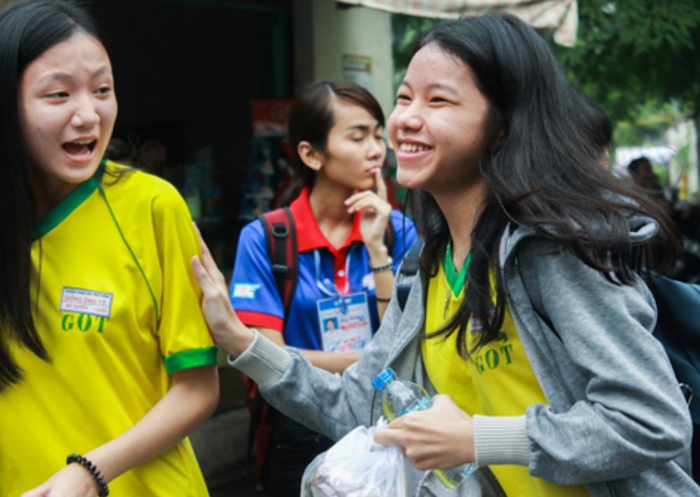 Niềm vui của thí sinh nhận được suất cơm miễn phí từ hội phụ huynh của trường. Ảnh: Thảo Ly.