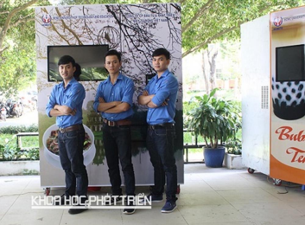 Ba tác giả trước sản phẩm máy bán phởtự động. Ảnh: Thu Hòa