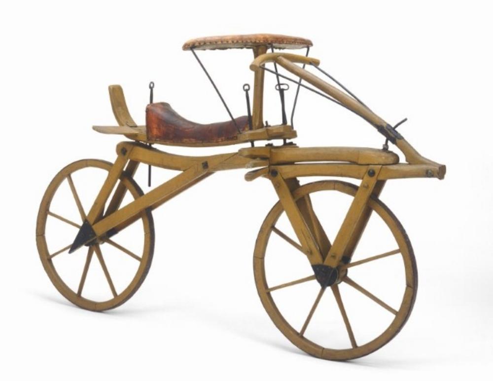 """Máy chạy của năm 1817. Ngay trong năm đó đã có nhiều bản sao, và ba năm sau có chừng 10.000 xưởng sản xuất xe đạp """"lậu"""" toàn thế giới."""