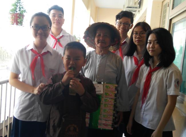 """Nhân vật hai bà cháu bé vé số trong dự án học Văn """"Chuyện đời quanh em"""" của học trò Trường THCS Văn Lang, TPHCM"""