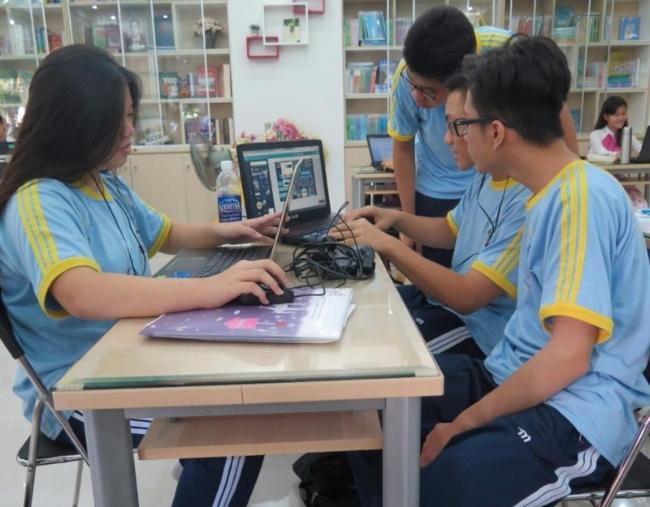 Các em đang tổng hợp sản phẩm hoàn chỉnh bằng kỹ năng công nghệ thông tin của mình. Ảnh: PHẠM ANH