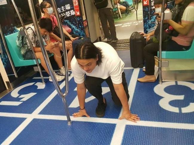 """Một hành khách đang chuẩn bị cho """"cuộc thi"""" điền kinh."""