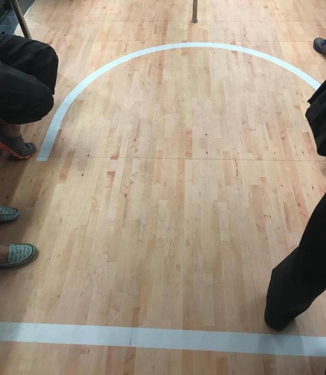 Nhìn như một sàn đấu bóng rổ thật vậy.