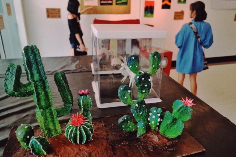 Những sản phẩm được The People sáng tạo từ giấy tái chế - Ảnh: MINH TRANG  Papertown: Revolutionnaire là hoạt động gồm một chuỗi các chương trình nghệ thuật từ giấy tái chế: triển lãm các tác phẩm nghệ thuật giấy, workshop, chiếu phim, hội chợ...Thông điệp của những người tổ chức là hãy trân trọng giá trị của những điều tưởng chừng như vụn vặt nhất.