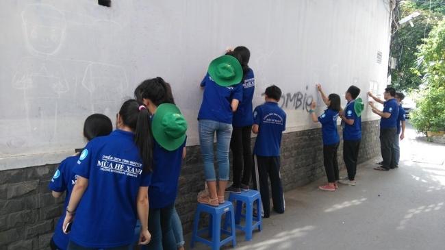 Bức tường trống trơn, đơn điệu khi chưa được vẽ.