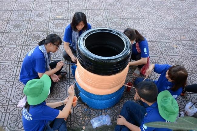 Cùng nhau vẽ lên bánh xe để tô điểm thêm cho con đường.