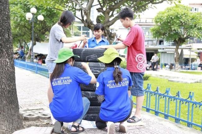 Các em nhỏ trong công viên háo hức cùng vẽ hình với các bạn sinh viên.