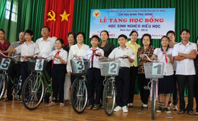 Học sinh nghèo được anh Lê Văn Thái tặng xe đạp.