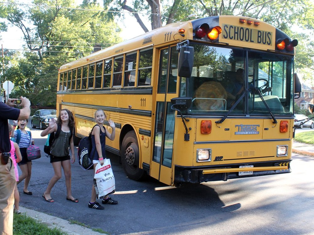Học sinh tiểu học bắt xe bus tại Mỹ (nguồn: woodleywonderworks/flickr)