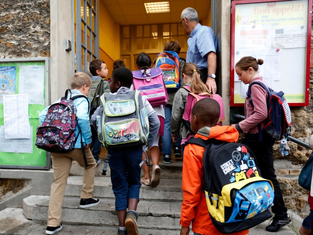 Ngày đầu tiên đi học của các em nhỏ tại Fontenay-sous-Bois, ngoại ô Paris, Pháp (nguồn: REUTERS/Charles Platiau)