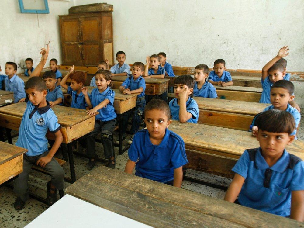 Các em nhỏ Pa-les-tin có buổi học đầu tiên (nguồn: REUTERS/Ibraheem Abu Mustafa)