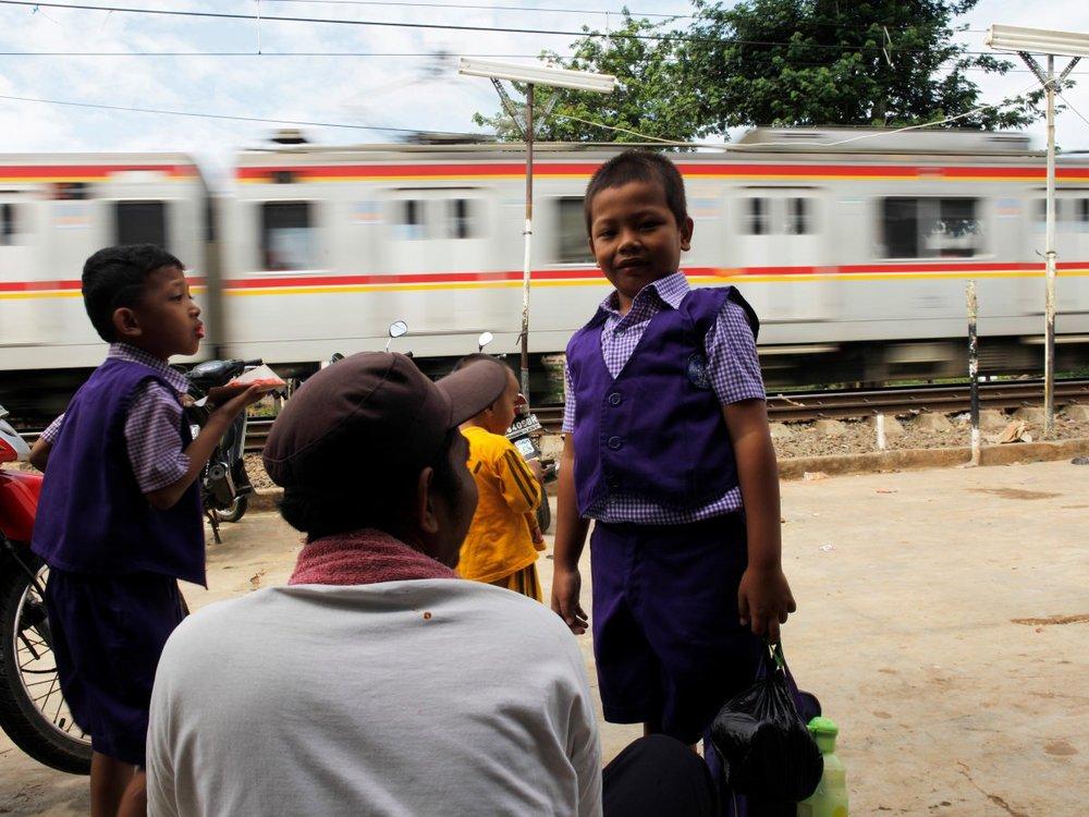 Các em nhỏ Indonesia đón tàu để vào mẫu giáo (nguồn: REUTERS/Beawiharta)