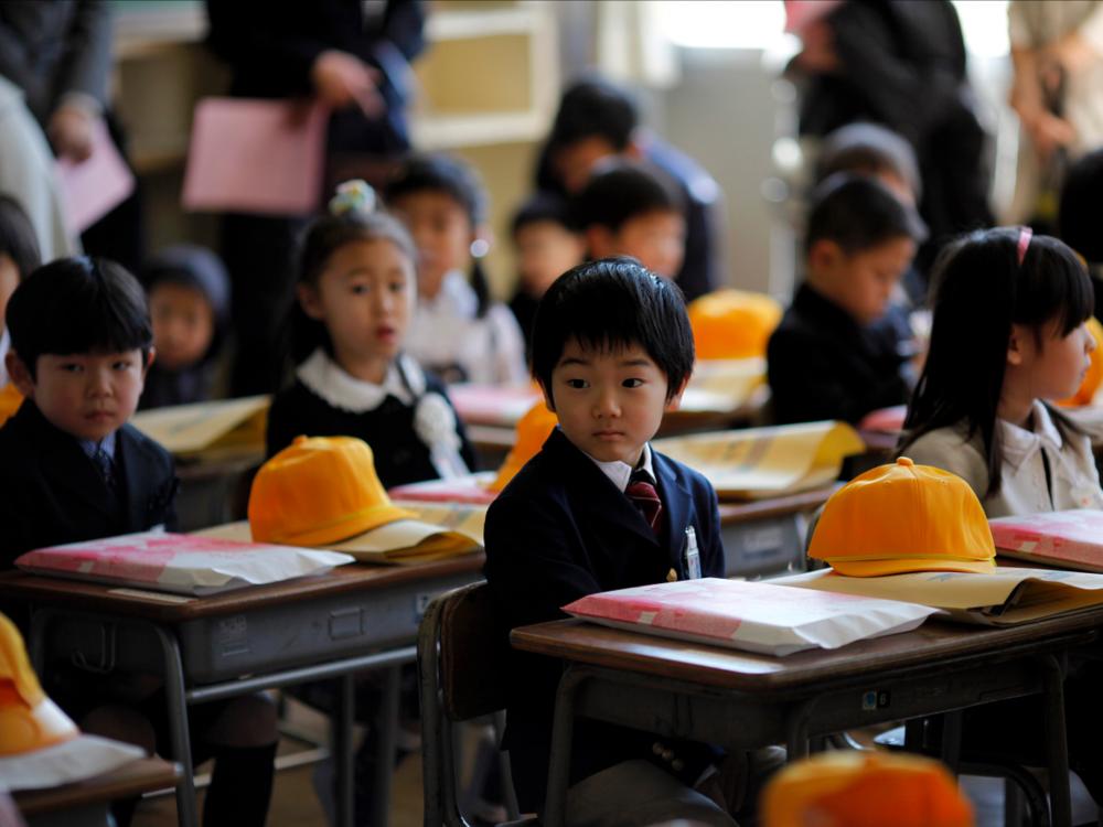 Các em tiểu học ngồi trong lớp tại Fukushima, Nhật Bản (nguồn: REUTERS/Carlos Barria)
