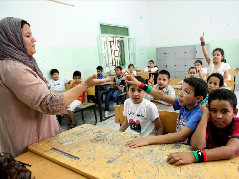 Cô giáo giới thiệu mình trong ngày học đầu tiên tại Lebanon (nguồn: REUTERS/Ismail Zitouny)