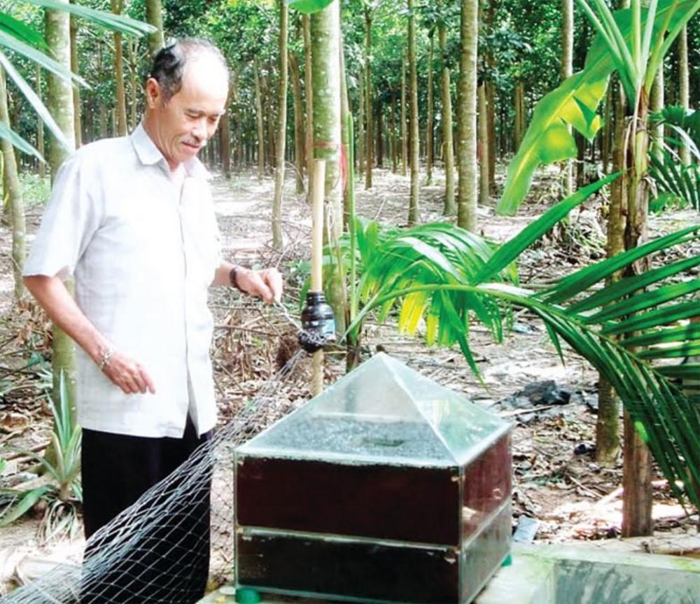 """Ông Mai Văn Cúc bên """"Bẫy sinh học diệt ruồi vàng"""" - Ảnh:Đức Trí."""