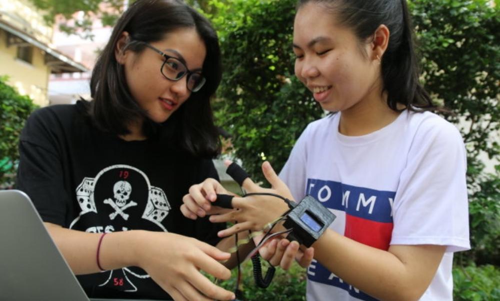 Minh Anh (trái) và Kim Ngân muốn giúp bệnh nhân và người nhà nhận biết sớm cơn co giật động kinh - Ảnh: T.HÂN