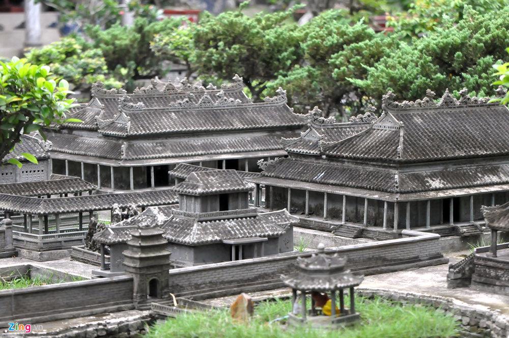Quần thể di tích cố đô Huế làm trong 7 năm mới xong, tốn nhiều công sức và tiền của. Sau hơn chục năm từ khi được xây dựng, các kiến trúc bằng đá được phủ riêu phong càng làm cho các công trình trở nên cổ kính hơn mà không bị hư hại.