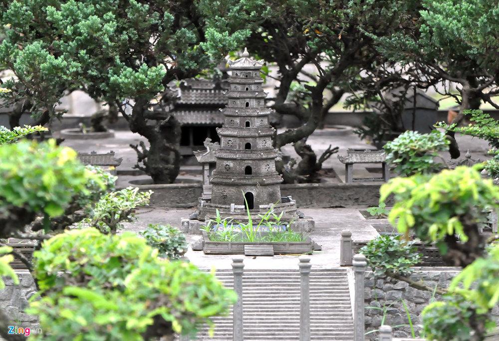 Chùa Thiên Mụ - một danh lam thắng cảnh nổi tiếng bên dòng sông Hương được xây dựng từ triều Nguyễn luôn được đông đảo khách du lịch ghé thăm khi đến Huế. Công trình được thiết kế đầy đủ chùa, tháp, phía dưới cổng chùa là dòng sông Hương.