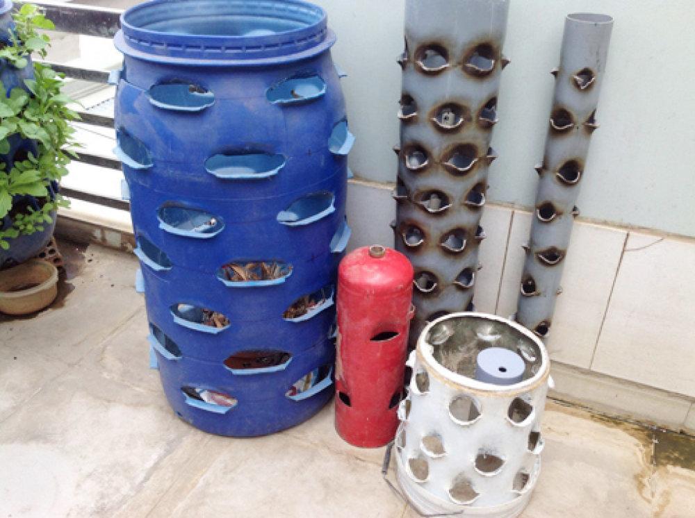 """Trồng rau từ bình nước lọc, ống nhựa, thùng phuy không dùng đến. Rau củ """"lớn lên"""" từ bình nước lọc, ống nhựa, thùng phuy tiết kiệm rất nhiều diện tích so với việc trồng trong luống, khay đất bình thường."""