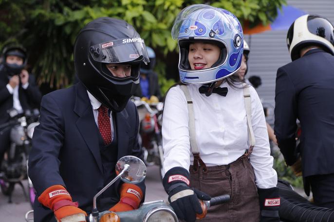 """Người tham gia DGR được yêu cầu phải ăn mặc như các """"quý ông"""" với đồ vest, áo sơmi và tất nhiên không thể thiếu chiếc mũ bảo hiểm 3/4 đẹp mắt."""